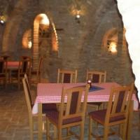 A villányi Vinatus pince és fogadó, vendéglő bútorzata - 12