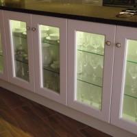 Egyedi konyhaszekrény vitrinnel a Nemes Bútortól -102